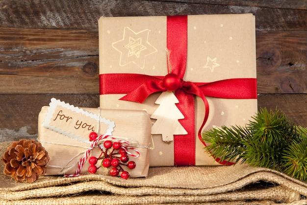Eingewickelte weihnachtsgeschenke auf holzwand