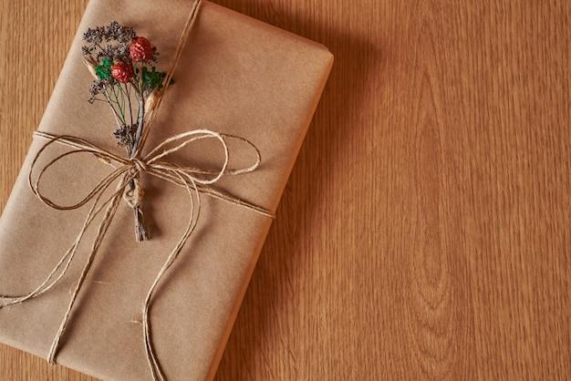 Eingewickeltes buch für ein geschenk.