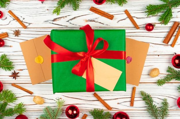 Eingewickeltes geschenk auf einem hölzernen mit draufsicht der weihnachtsfeiertagsdekorationen