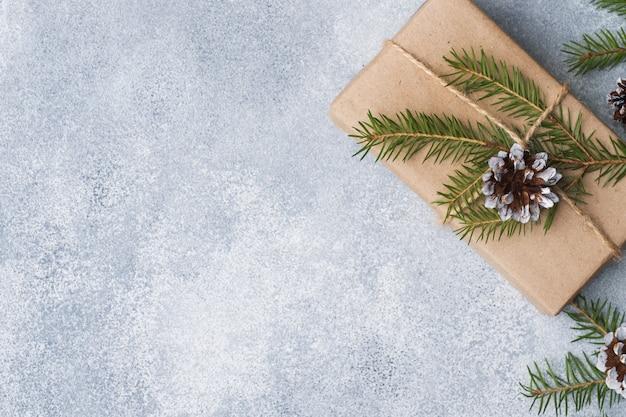 Eingewickeltes geschenk für weihnachten auf grauem hintergrund