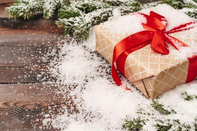 Eingewickeltes geschenk für winterurlaubhintergrund mit kopienraum