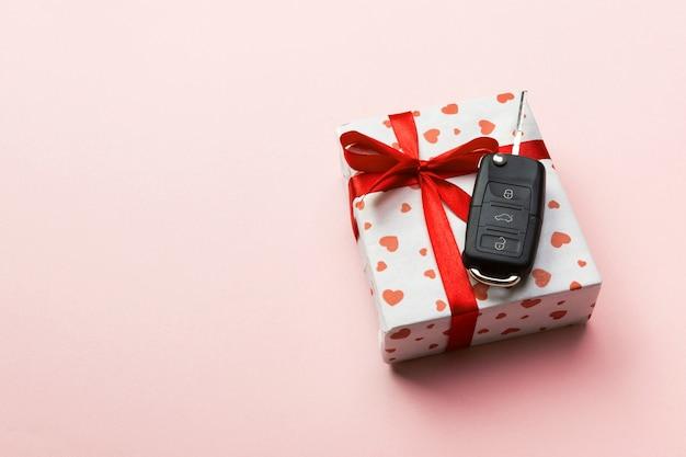 Eingewickeltes geschenk mit autoschlüssel