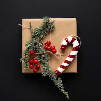 Eingewickeltes geschenk mit weihnachtsdekorationen