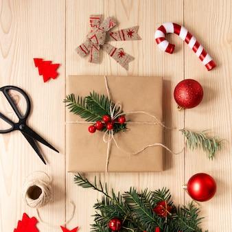 Eingewickeltes geschenk mit weihnachtsverzierungen