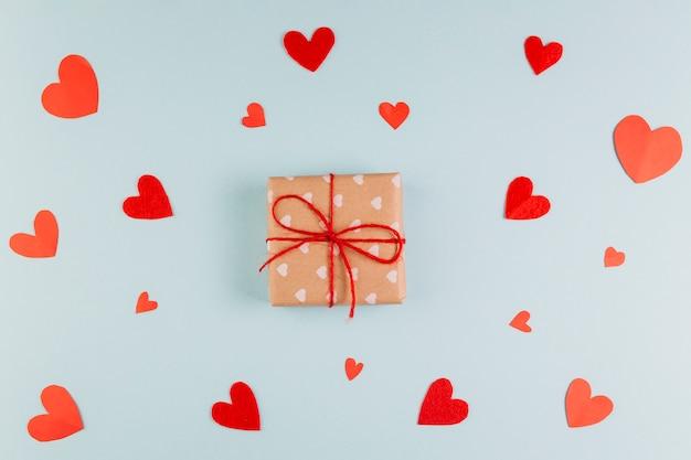 Eingewickeltes geschenk zum valentinstag