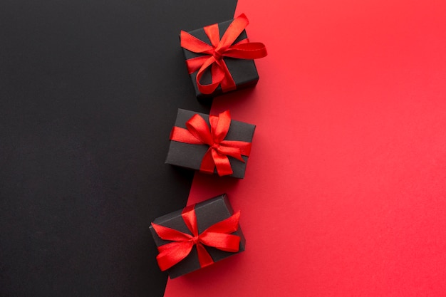 Eingewickeltes geschenksortiment mit kopienraum