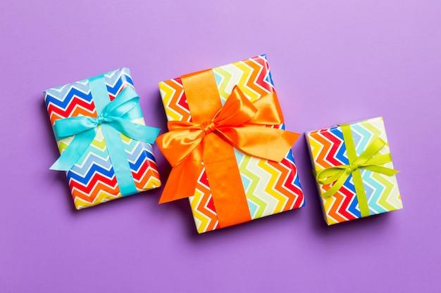 Eingewickeltes handgemachtes geschenk des weihnachten oder anderen feiertags im bunten papier