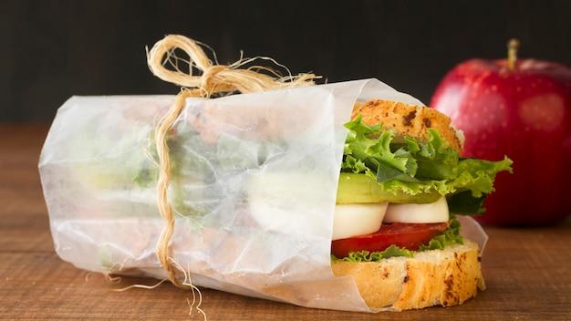 Eingewickeltes sandwich mit gekochtem ei und tomaten