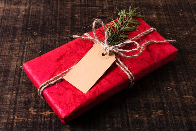 Eingewickeltes weihnachtsgeschenk mit empty tag