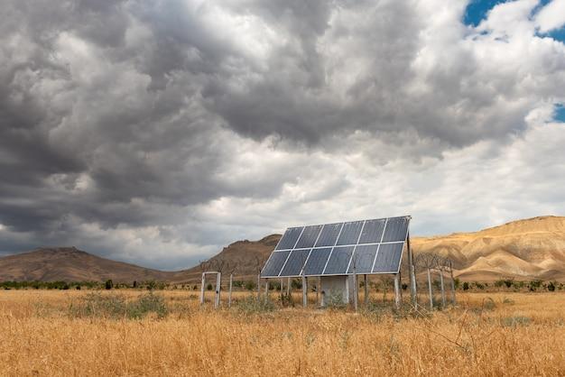 Eingezäuntes solarpanel im feld