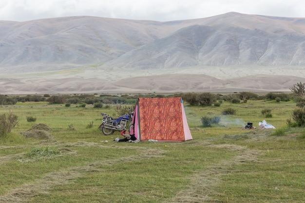 Einheimische mongolen entspannen sich in einem zelt.