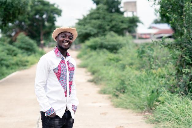 Einheimischer afrikanischer mann, der mit glücklich lächelt