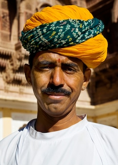 Einheimischer indischer mann, der zur kamera lächelt.
