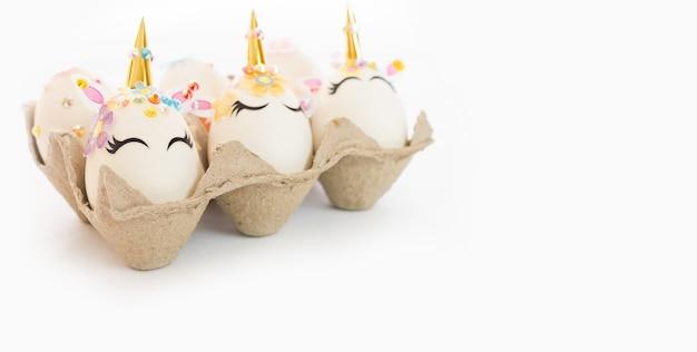 Einhorn eier in der box isoliert auf weißem tisch. frohe ostern. kinderaktivität.