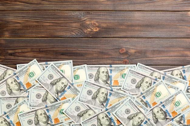 Einhundert dollar banknoten auf farbigem hintergrund draufsicht, mit leerem platz für ihr textgeschäftsgeldkonzept. einhundert dollar