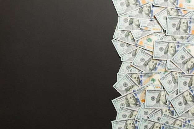 Einhundert dollar banknoten auf farbiger draufsicht, mit leerem platz für ihr textgeschäftsgeldkonzept. einhundert dollar.
