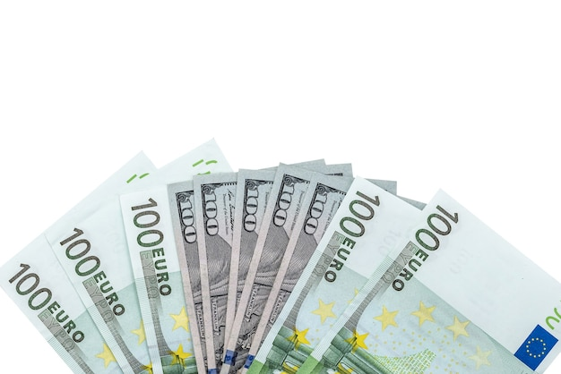 Einhundert dollar- und euro-banknoten isoliert auf weiß