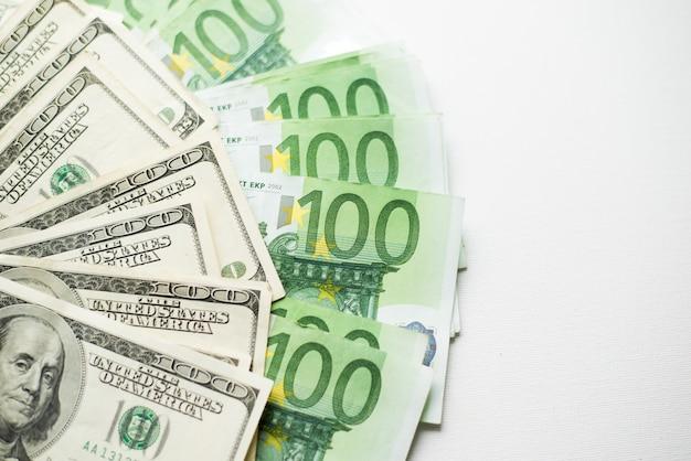 Einhundert dollar und euro-scheine