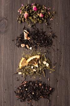 Einige ansichten des tees auf einem holztisch