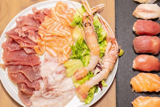 Einige der wichtigsten und beliebtesten zutaten für die zubereitung von sushi und sushimi.