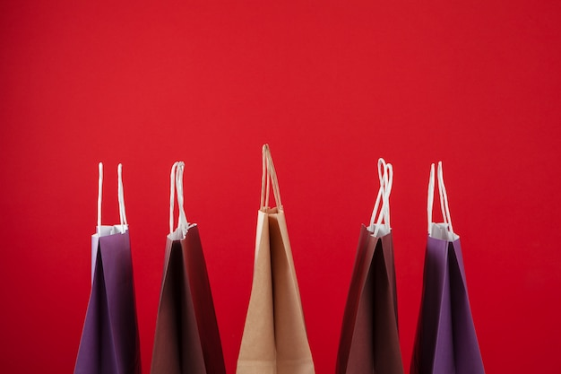 Einige einkaufstaschen mit copyspace auf rot
