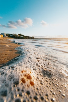 Einige gezeiten mit blasen am strand der stadt bei einem super bunten sonnenschein