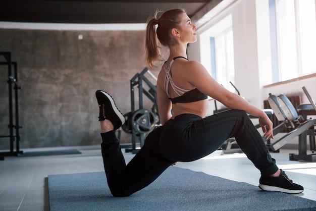 Einige gute ergebnisse. foto der herrlichen blonden frau im fitnessstudio zu ihrer wochenendzeit