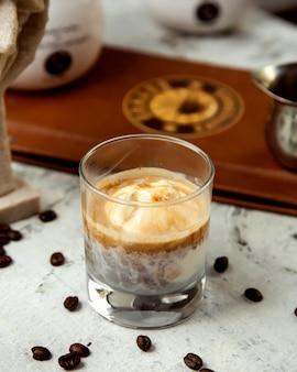 Einige kaffeegetränke und kaffeebohnen