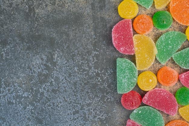 Einige marmeladenbonbons auf marmorhintergrund. hochwertiges foto