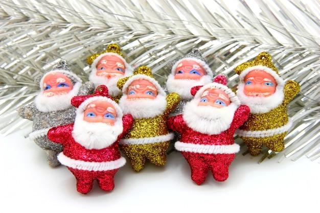 Einige puppen des weihnachtsmannes sind zusammen isoliert