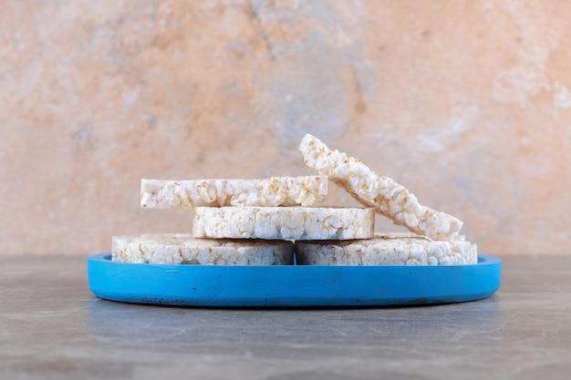 Einige reiskuchen auf dem brett, auf der marmoroberfläche