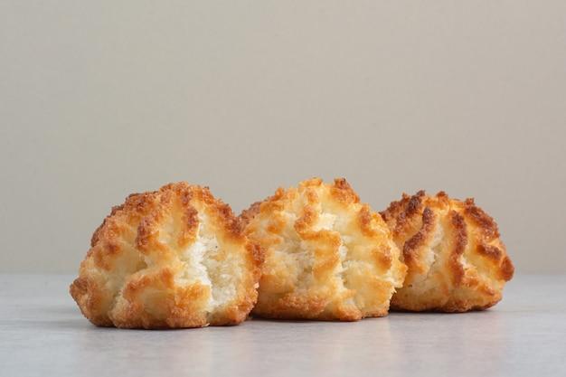 Einige runde frische köstliche kekse auf weißem tisch.