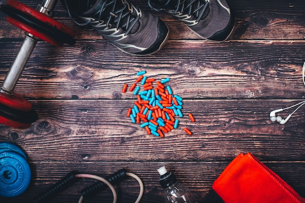 Einige sportler nehmen verbotene anabole substanzen in form von pillen ein, um mehr muskeln aufzubauen, was ihre gesundheit gefährdet.