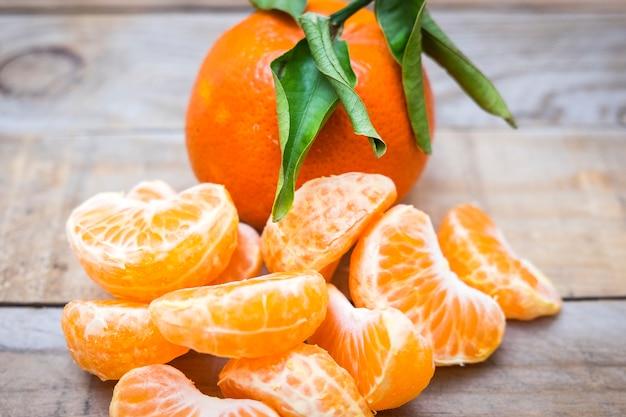 Einige tangerinesegmente auf altem holztisch