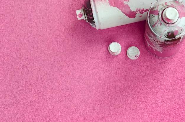 Einige verwendeten rosa spraydosen und -düsen