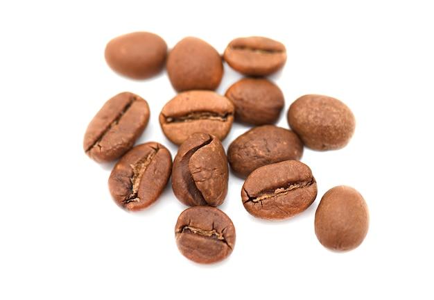 Einige weiche braune kaffeebohnen lokalisiert