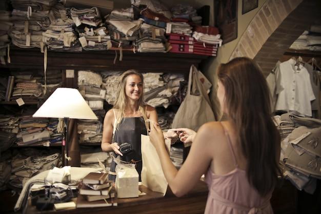 Einkauf in einem stoffladen