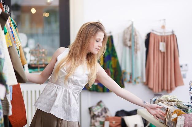 Einkaufen im modegeschäft