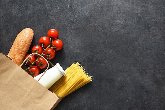 Einkaufen in einer papiertüte: gemüse, milch, beeren, nüsse. lebensmittellieferservice. werbung.