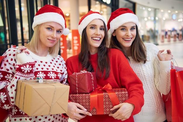 Einkaufen mit freunden im einkaufszentrum