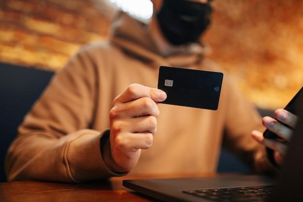 Einkaufen und online-zahlung mit handy, laptop und kreditkarte.