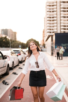 Einkaufenmädchen, das einen spaziergang hat