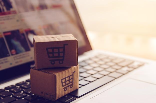 Einkaufs online-konzept - einkaufsservice auf das online-web. bei zahlung mit kreditkarte