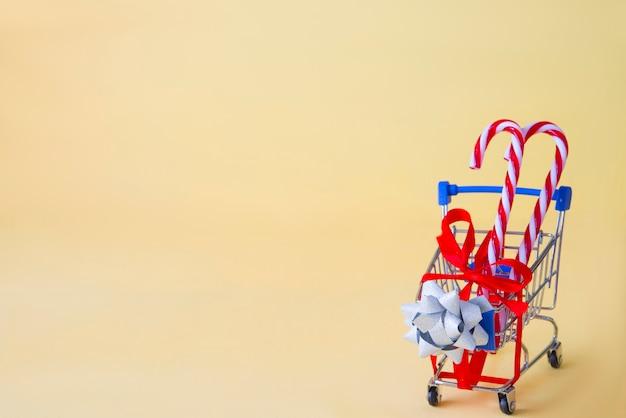 Einkaufsauto mit anwesendem konzept