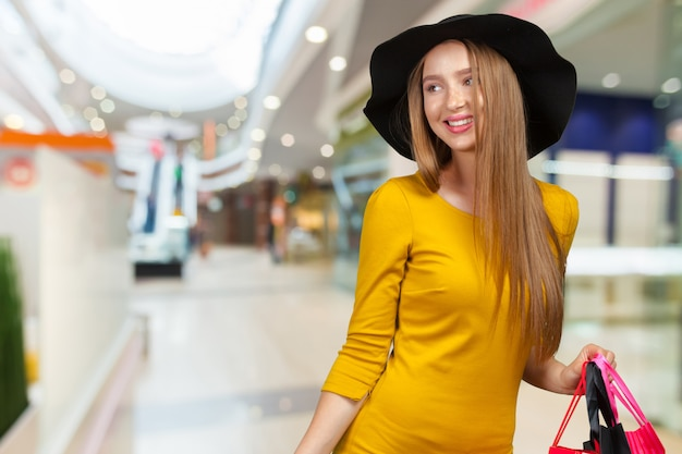 Einkaufsfrau, die einkaufstaschen hält