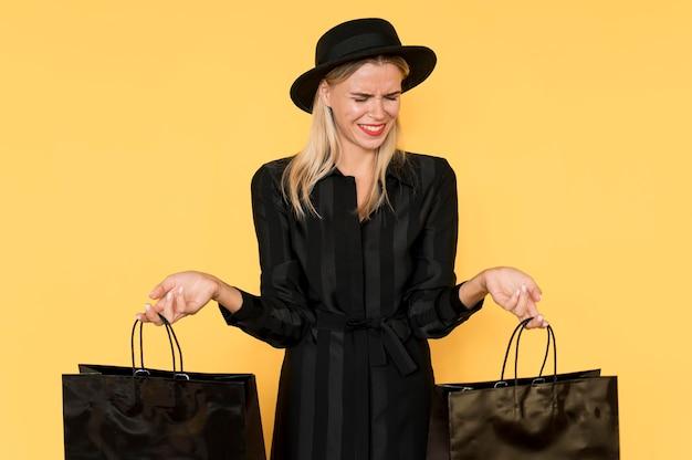 Einkaufsfrau, die mode schwarze kleidung trägt