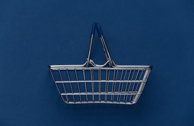 Einkaufskorb auf klassischem blauem hintergrund. farbe 2020.