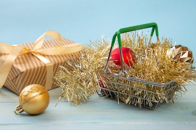 Einkaufskorb mit neujahrsgeschenk-feiertagseinkaufskonzept