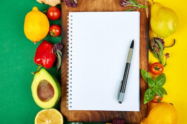 Einkaufsliste mit frischen früchten
