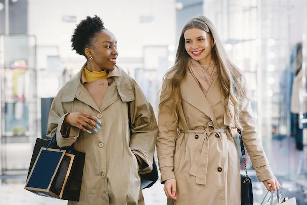 Einkaufstag. internationale freundinnen. frauen in einem einkaufszentrum.